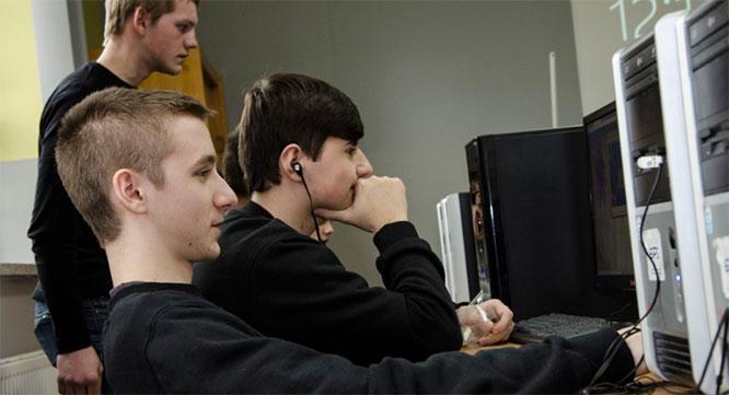 """Informatycy """"Staszica"""" - prezentujemy klasę II - technik informatyk"""