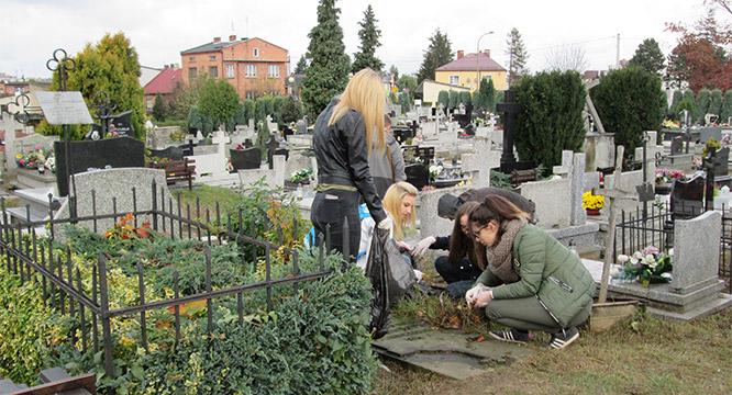 Młodzież pamięta ozapomnianych grobach nauczycieli