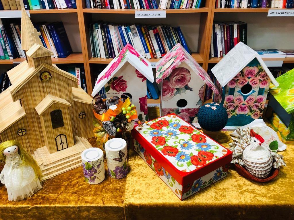 Powiatowa Biblioteka Publiczna zaprasza nawystawę prac uczestników Środowiskowych Domów Samopomocy
